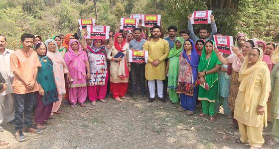 कांगड़ा के शहीद परिवार को भी नहीं छोड़ा वीरभद्र सरकार ने,वादे निकले जुमले,ग्रामीण सड़कों पर