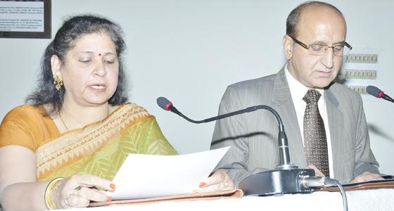 CM वीरभद्र की लाडली मीरा वालिया ने ली HPSC के मेंबर की शपथ,BJP ने लगाया ये संगीन इल्जाम