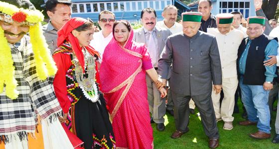 बर्थडे पर CM वीरभद्र ने यूं पकड़ा बीवी प्रतिभा सिंह का हाथ और चल पडे ये करने…….देखें PHOTOS