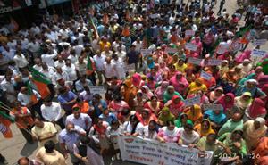 गुडि़या मामले में हमीरपुर में राजनीति गर्माई,कांग्रेस के मौन विरोध को दीपक शर्मा ने बताया ड्रामा,धूमल उतरे सड़कों पर
