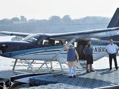 मोदी ने  साबरमती नदी से सीप्लेन से भरी उडारी