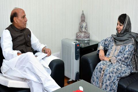 राजनाथ और महबूबा की मीटिंग, कश्मीर के हालातों पर की चर्चा