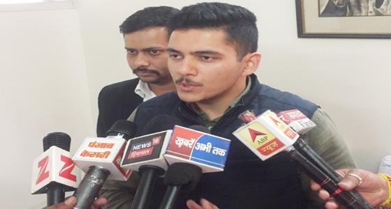 भाजपा सांसद अनुराग पर युवा नेता का बड़ा हमला,गोद ली पंचायत पर घेरा,झूठे शपथपत्र की याद दिलाई