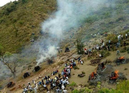 बस हादसे में मारे गए 23 बच्चों की गई अंत्येष्टि, खुहाड़ा में एक साथ 13 बच्चों का किया अंतिम संस्कार