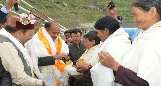 खराब मौसम ने रोका गडकरी का रोहतांग दौरा, CM जयराम ने लिया जायजा