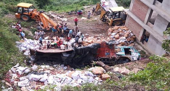 सेब से भरा ट्रक सड़क से लुढ़क कर नेपालियों के ढारे पर गिरा, एक की मौत तीन जख्मी