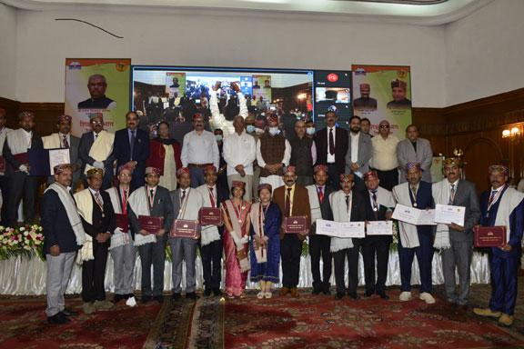 शिक्षक दिवस पर प्रदेश के इन शिक्षकों को किया गया राज्य पुरस्कार से सम्मानित